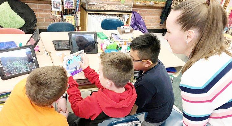Oppilaita tutustumassa 3DBearin lisätyn todellisuuden sovellukseen Long Islandilla.